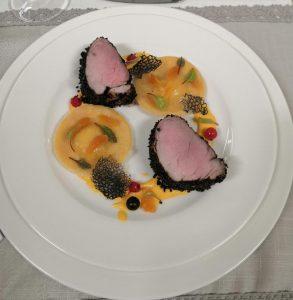 Vepřová panenka v krustě z černého sezamu s domácími těstovinami plněnými ricottou a sušeným ovocem doplněná meruňkovo-šafránovou omáčkou